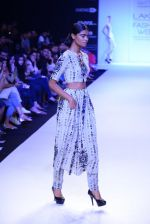 Model walk for Payal Singhal Show at LFW 2014 Day 2 in Grand Hyatt, Mumbai on 13th March 2014 (28)_532267eb44860.JPG