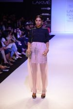 Model walk for Payal Singhal Show at LFW 2014 Day 2 in Grand Hyatt, Mumbai on 13th March 2014 (33)_532267ed47c66.JPG