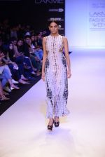 Model walk for Payal Singhal Show at LFW 2014 Day 2 in Grand Hyatt, Mumbai on 13th March 2014 (37)_532267eed7574.JPG