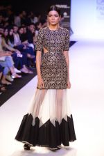 Model walk for Payal Singhal Show at LFW 2014 Day 2 in Grand Hyatt, Mumbai on 13th March 2014 (4)_532267e4db712.JPG