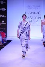 Model walk for Payal Singhal Show at LFW 2014 Day 2 in Grand Hyatt, Mumbai on 13th March 2014 (42)_532267f134e35.JPG