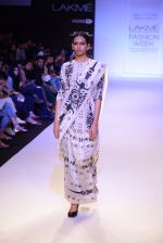 Model walk for Payal Singhal Show at LFW 2014 Day 2 in Grand Hyatt, Mumbai on 13th March 2014 (43)_532267f239c22.JPG