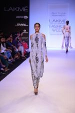 Model walk for Payal Singhal Show at LFW 2014 Day 2 in Grand Hyatt, Mumbai on 13th March 2014 (49)_532267f5012b2.JPG