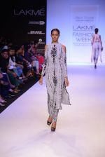 Model walk for Payal Singhal Show at LFW 2014 Day 2 in Grand Hyatt, Mumbai on 13th March 2014 (50)_532267f55b822.JPG
