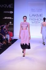 Model walk for Payal Singhal Show at LFW 2014 Day 2 in Grand Hyatt, Mumbai on 13th March 2014 (62)_532267fae191d.JPG