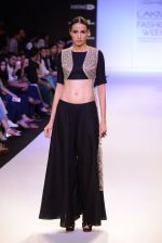 Model walk for Payal Singhal Show at LFW 2014 Day 2 in Grand Hyatt, Mumbai on 13th March 2014 (86)_532268051ac16.JPG