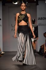 Model walk for Urvashi Joneja Show at LFW 2014 Day 2 in Grand Hyatt, Mumbai on 13th March 2014 (57)_53229b86a5398.JPG