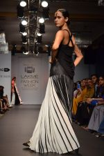 Model walk for Urvashi Joneja Show at LFW 2014 Day 2 in Grand Hyatt, Mumbai on 13th March 2014 (59)_53229b877869e.JPG