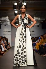 Model walk for Urvashi Joneja Show at LFW 2014 Day 2 in Grand Hyatt, Mumbai on 13th March 2014 (64)_53229b8a1ef21.JPG