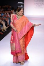 Kirron Kher walk for Gaurang Show at LFW 2014 Day 3 in Grand Hyatt, Mumbai on 14th March 2014 (15)_53242eeed60eb.JPG