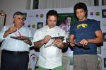 Farhan Akhtar, Ashok Hinduja at the launch of chef Vicky Ratnani_s book in Nido, Mumbai on 20th March 2014 (18)_532c2a53d6ad2.JPG