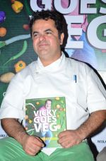 Vicky Ratnani at the launch of chef Vicky Ratnani_s book in Nido, Mumbai on 20th March 2014 (54)_532c2c31668a5.JPG
