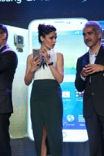 Freida Pinto at Samsung s5 launch in Delhi on 27th March 2014 (69)_53356900789d5.JPG