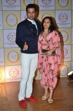 Rohit Roy, Manasi Joshi Roy at the Red carpet party of Shilpa Shetty_s Satyug Gold in Grand Hyatt, Mumbai on 5th April 2014 (23)_53435f741b824.JPG