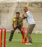 Samir Kochhar with Jamie Foxx playing cricket for the special episode of  Sony MAX Extraaa Innings 1_5355f6b1df002.jpg