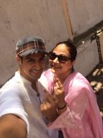 Tanuj Virwani and mother Rati Agnihotri step out to vote on 24th April 2014 (3)_535a39ec309c1.jpg