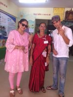 Tanuj Virwani and mother Rati Agnihotri step out to vote on 24th April 2014 (4)_535a39a343591.jpg