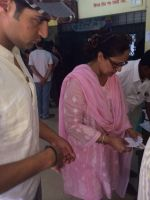 Tanuj Virwani and mother Rati Agnihotri step out to vote on 24th April 2014 (5)_535a39dc2c13d.jpg