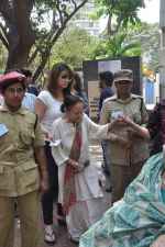 Urvashi Dholakia voting at Jamnabai School in Mumbai on 24th April 2014 (37)_5359d13eea466.JPG