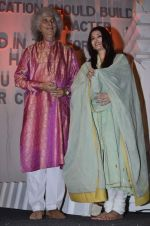 Aishwarya Rai Bachchan, Shivkumar Sharma pays tribute to Sri Sathya Sai Baba in Mumbai on 27th April 2014 (184)_535e086b79783.JPG