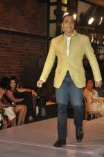Shoaib Akhtar at the launch of Signature Collection of Earth 21 in Kurla Phoenix on 26th April 2014 (91)_535df2915a898.JPG