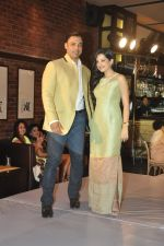 Shoaib Akhtar, Amy Billimoria at the launch of Signature Collection of Earth 21 in Kurla Phoenix on 26th April 2014 (92)_535df2c083b5e.JPG