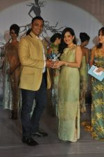 Shoaib Akhtar, Amy Billimoria at the launch of Signature Collection of Earth 21 in Kurla Phoenix on 26th April 2014 (89)_535df2bd3f9d6.JPG