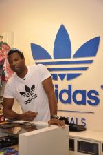 Keron Pollard promotes Addidas with kids in Palladium, Mumbai on 24th May 2014 (11)_5381c2131fabb.JPG