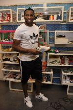 Keron Pollard promotes Addidas with kids in Palladium, Mumbai on 24th May 2014 (26)_5381c21b8031f.JPG