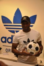 Keron Pollard promotes Addidas with kids in Palladium, Mumbai on 24th May 2014 (38)_5381c2221915e.JPG