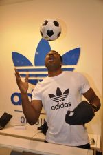 Keron Pollard promotes Addidas with kids in Palladium, Mumbai on 24th May 2014 (40)_5381c2233a4c6.JPG