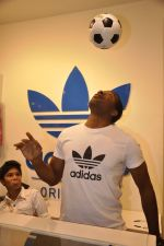 Keron Pollard promotes Addidas with kids in Palladium, Mumbai on 24th May 2014 (44)_5381c225647e1.JPG