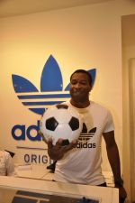 Keron Pollard promotes Addidas with kids in Palladium, Mumbai on 24th May 2014 (47)_5381c2271754e.JPG