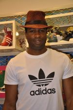 Kieron Pollard promotes Addidas with kids in Palladium, Mumbai on 24th May 2014 (31)_5381c2ca5e8d9.JPG