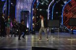 Akshay Kumar promote Holiday on the sets of Jhalak Dikhhla Jaa Season 7 in Filmistan on 4th June 2014 (131)_539018bfa5791.JPG