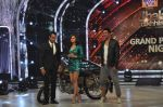 Akshay Kumar promote Holiday on the sets of Jhalak Dikhhla Jaa Season 7 in Filmistan on 4th June 2014 (134)_539018c13b1f8.JPG