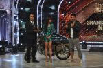 Akshay Kumar promote Holiday on the sets of Jhalak Dikhhla Jaa Season 7 in Filmistan on 4th June 2014 (135)_539018c1b1e0a.JPG
