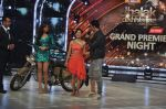 Akshay Kumar promote Holiday on the sets of Jhalak Dikhhla Jaa Season 7 in Filmistan on 4th June 2014 (142)_539018c53d6e3.JPG