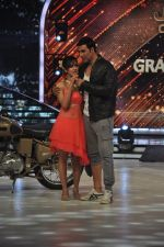 Akshay Kumar promote Holiday on the sets of Jhalak Dikhhla Jaa Season 7 in Filmistan on 4th June 2014 (143)_539018c5afb01.JPG
