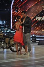 Akshay Kumar promote Holiday on the sets of Jhalak Dikhhla Jaa Season 7 in Filmistan on 4th June 2014 (144)_539018c634179.JPG