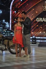 Akshay Kumar promote Holiday on the sets of Jhalak Dikhhla Jaa Season 7 in Filmistan on 4th June 2014 (145)_539018c6adb0c.JPG