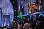 Akshay Kumar promote Holiday on the sets of Jhalak Dikhhla Jaa Season 7 in Filmistan on 4th June 2014 (150)_539018c90a13b.JPG