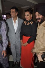 Akshay Kumar, Sonakshi Sinha at Holiday promotions in The Club, Mumbai on 4th June 2014 (61)_5390170b66e82.JPG