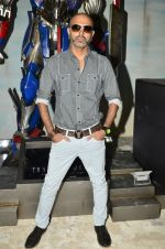 Raghu Ram pose with Optimus Prime to promote Transformers in Mehboob on 11th June 2014 (31)_53994c72bd3ad.JPG