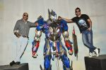 Rannvijay Singh, Raghu Ram pose with Optimus Prime to promote Transformers in Mehboob on 11th June 2014 (29)_53994c73e2715.JPG