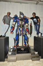 Rannvijay Singh, Raghu Ram pose with Optimus Prime to promote Transformers in Mehboob on 11th June 2014 (32)_53994c74ce672.JPG