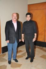 Rakesh Roshan, Jeetendra at Shatrughan_s success bash hosted by Pahlaj Nahlani in Spice, Mumbai on 14th June 2014 (15)_539d01ee23fc4.JPG