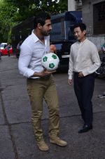 John Abraham, Baichung Bhutia at Castrol photo shoot in Filmistan, Mumbai on 5th July 2014 (66)_53b930903e057.JPG