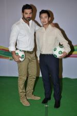John Abraham, Baichung Bhutia at Castrol photo shoot in Filmistan, Mumbai on 5th July 2014 (72)_53b930927241f.JPG