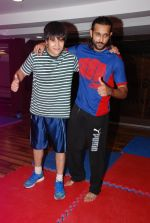 Vivaan Shah, Akhil Kapur at Gold Gym introduces Wolverine workout in Bandra, Mumbai on 12th Aug 2014 (197)_53eb097b4ce03.JPG